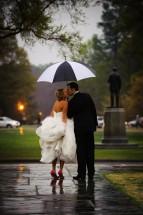 Casal beijando com guarda chuva