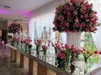 Tons de rosa compondo a mesa